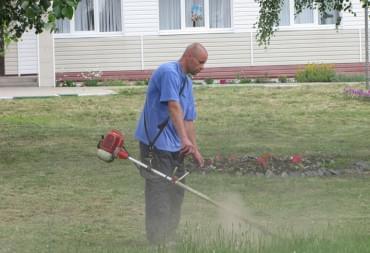 Уборка территории косим траву