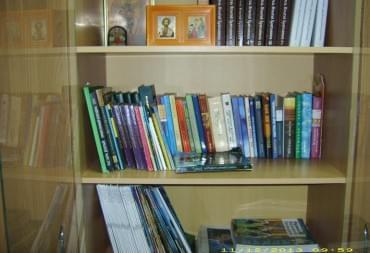 Книжные полки с интересной  литературой
