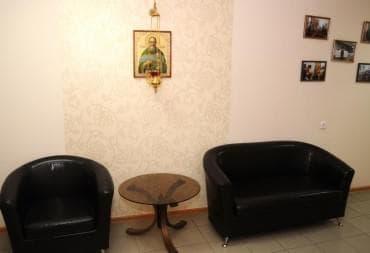 В коридоре два удобных кресла